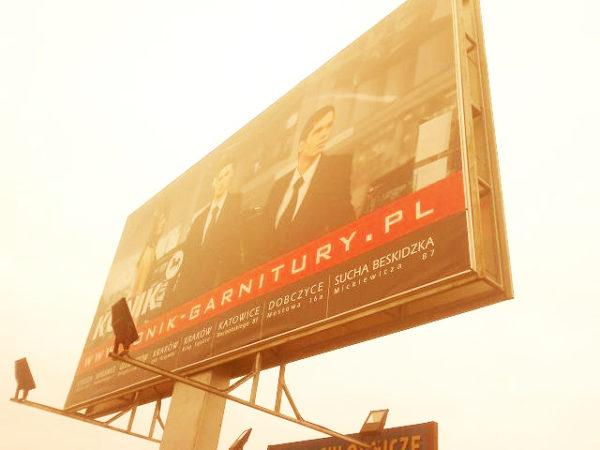 Reklama banerowa przy drodze